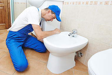 Монтаж напольного биде со смесителем в ванной комнате