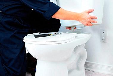 Демонтаж старого и установка нового унитаза в туалете
